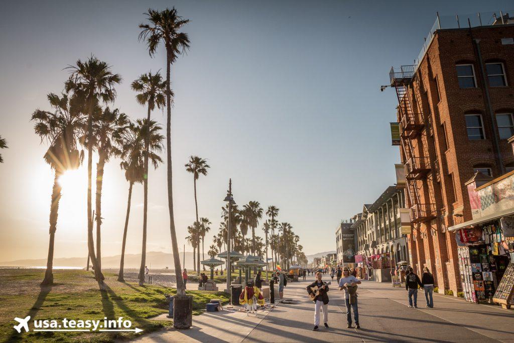 Abendstimmung auf dem Venice Beach Boardwalk.