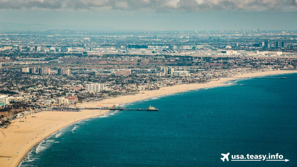 Blick von Parker Mesa Overlook aus auf den Bereich von Santa Monica Pier bis zum Ende des Venice Beach.