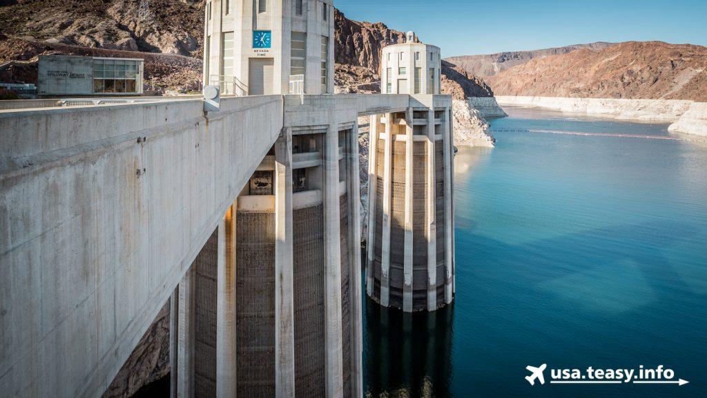 Der Hoover Dam staut den Colorado River.