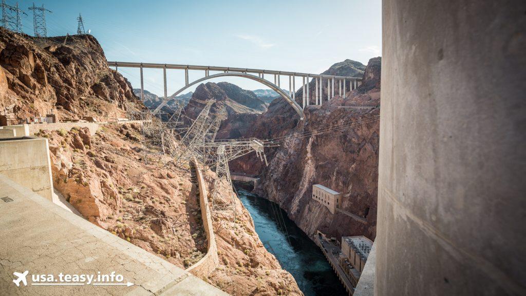 Die Mike O'Callaghan-Pat Tillman Memorial Bridge hinter der Staumauer des Hoover Dam.