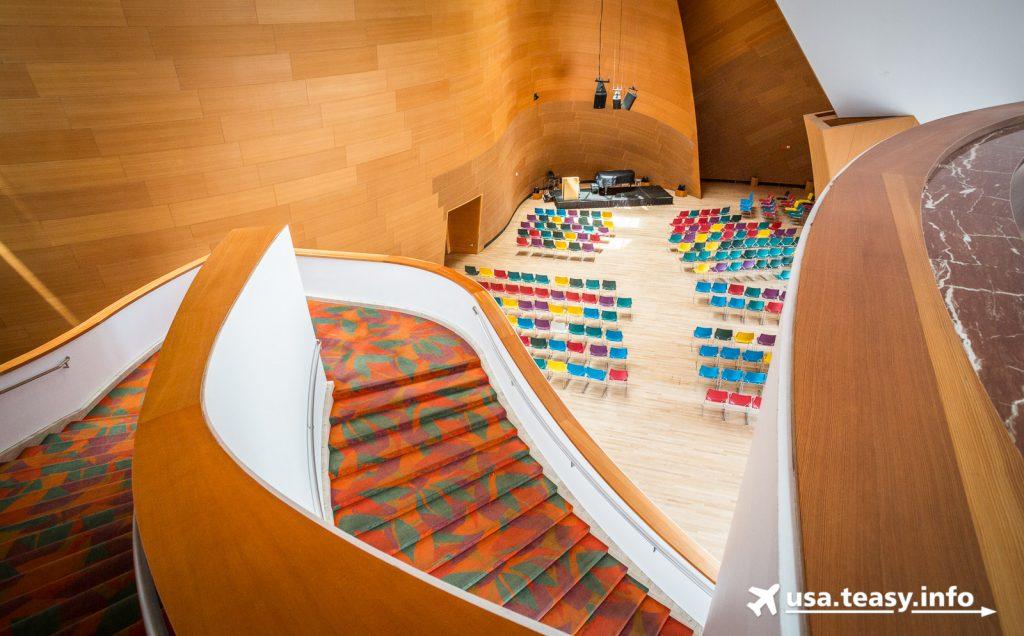 Die große Treppe in der Walt Disney Concert Hall soll Gästen dazu dienen, zu sehen und gesehen zu werden. Im Hintergrund: Die BP Hall