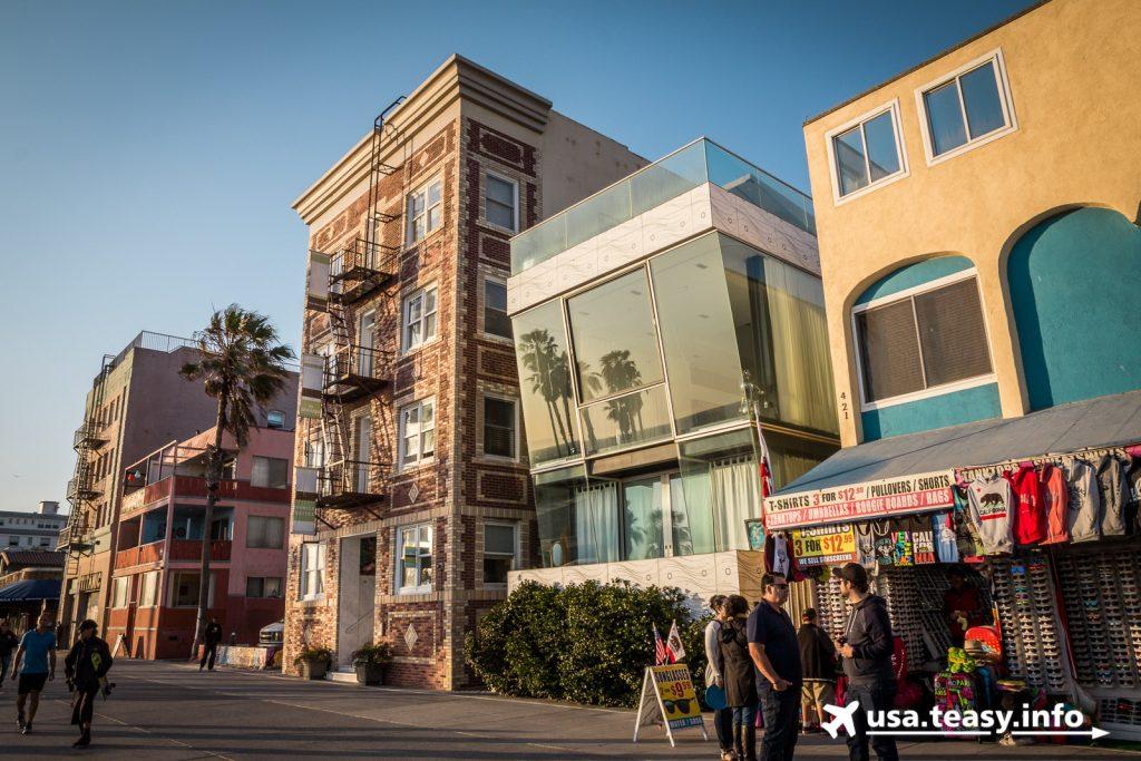 Extremer Gebäude-Stilmix entlang Venice Beach Boardwalk.