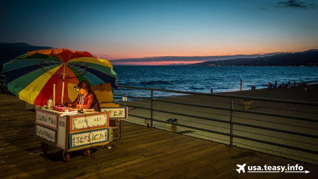 Kleine Kunstgewerbestände findet man auf dem Santa Monica Pier.