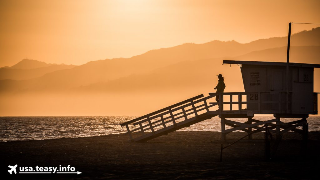 Lifeguard-Häuschen im Sonnenuntergang.