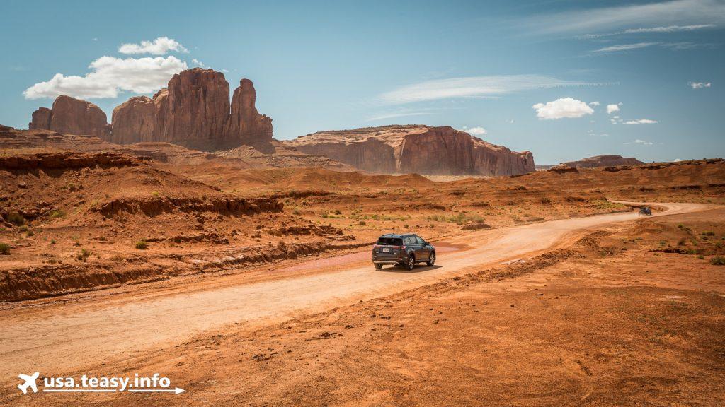 Mit dem Auto um die eindrucksvollen Kolosse im Monument Valley.