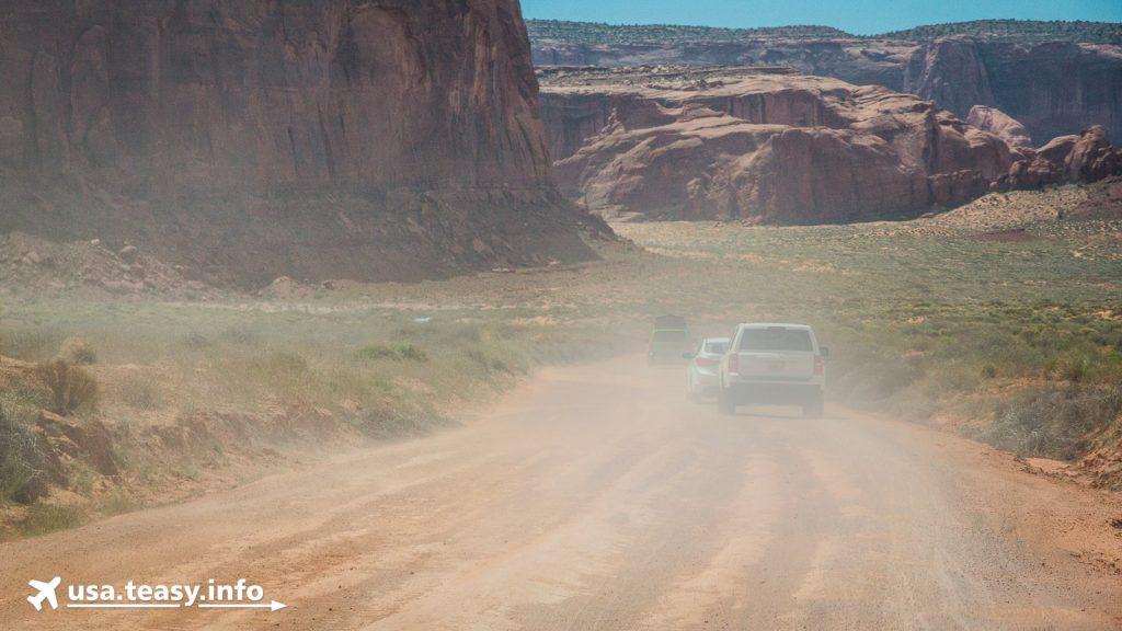 Wind und Trockenheit sorgen auf den unbefestigten Wegen im Monument Valley für viel Staub.